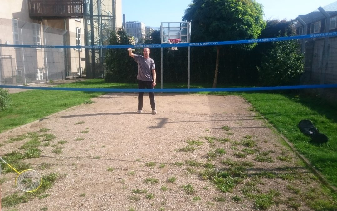Volleyball i lukket have